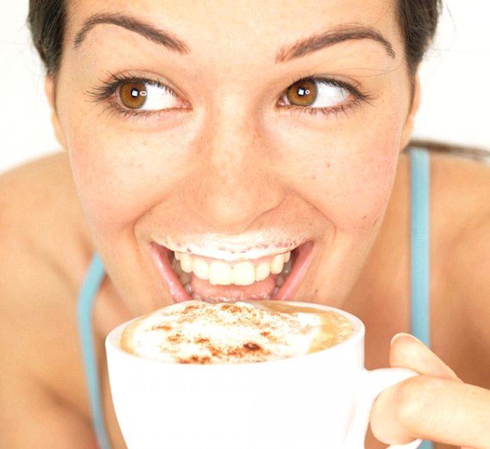 девушка и капучино e1512325881227 - Кофе капучино - попробуйте легкость на вкус!