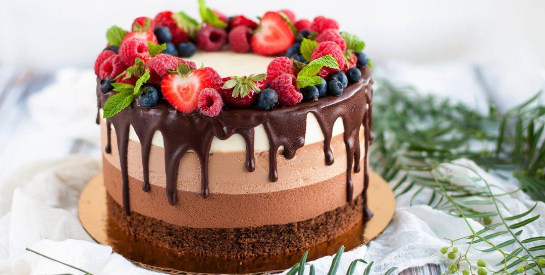 три шоколада торт 1080x546 - Торт три шоколада - пошаговый рецепт!