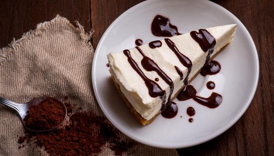 чизкейк - Кофейный чизкейк с шоколадной прослойкой и соусом